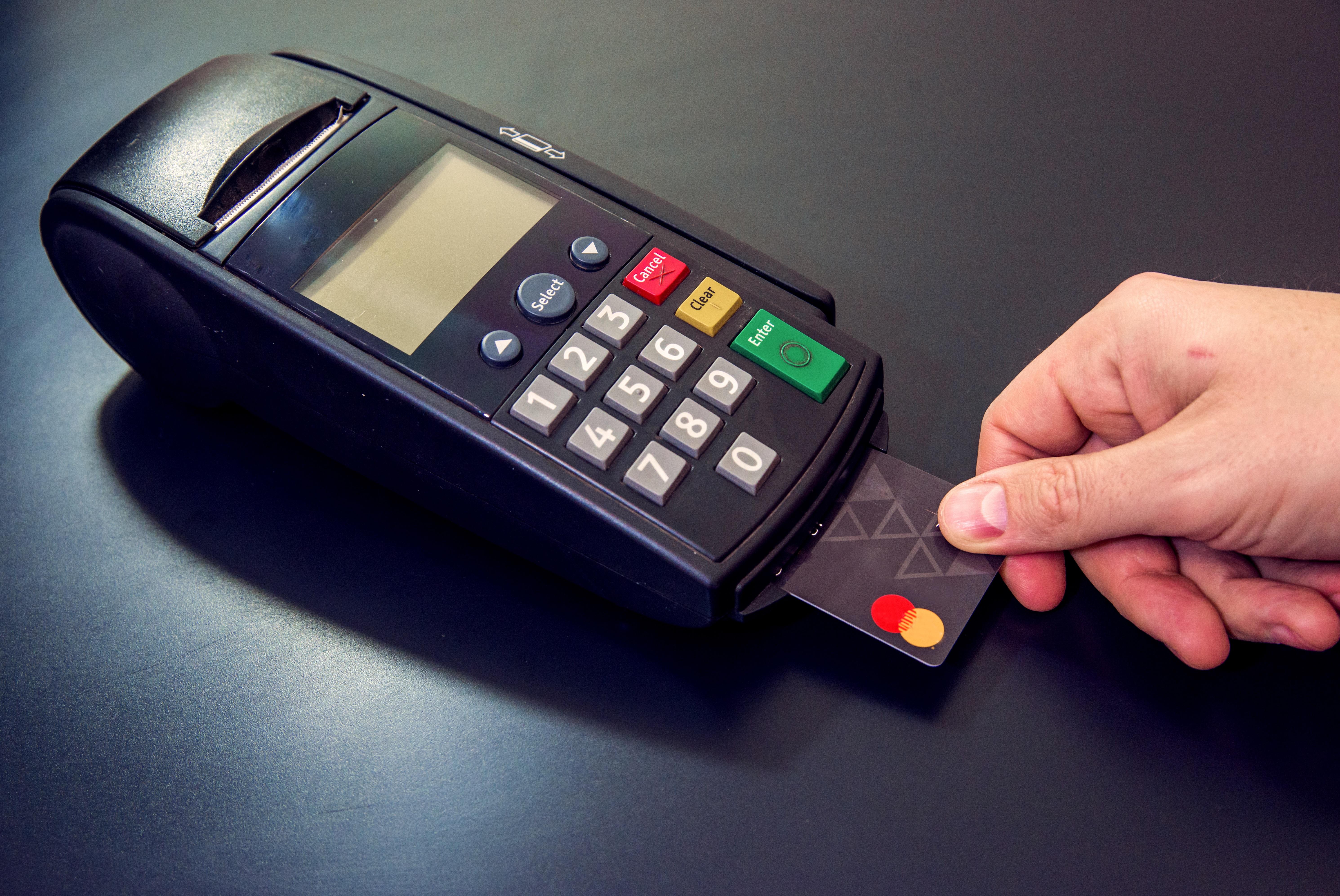 Un terminal de carte bancaire pour régler les factures de cantine